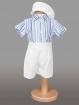 Costumas cu pantaloni albi si camasa in dungi